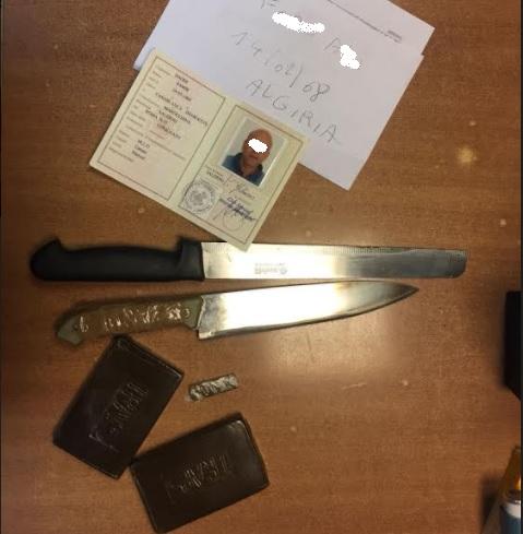 Droga e coltelli sequestrati