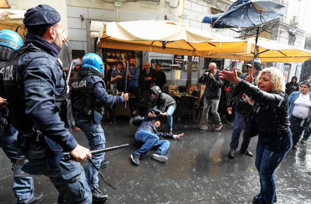 Scontri disoccupati polizia
