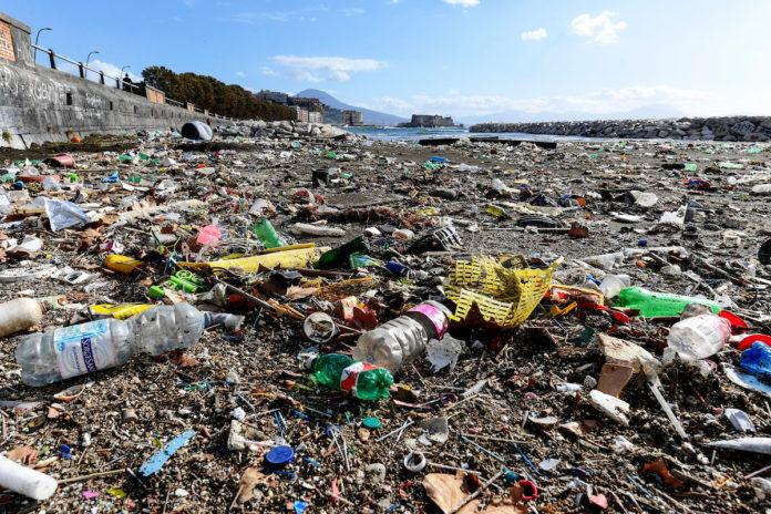 Rifiuti spiaggia rotonda Diaz