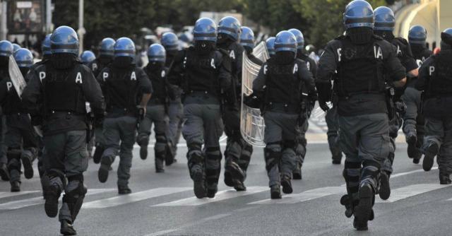 Polizia fuori stadio