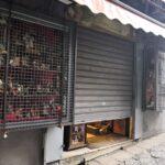 Serrande semi abbassate a San Gregorio Armeno (foto Giustizia News24)